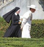 Diane Keaton interpreta a una de las hermanas encargadas del Palacio Apostólico.