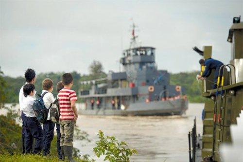 Niños de Nueva Paya (Colombia) observan la llegada de los buques de Perú y Colombia por el río Putumayo. / Andrés Torres