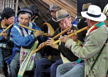En los seis cabildos conformados en Cali hay 8.183 indígenas. El Inty - Raymi es su principal fiesta en la ciudad. En Colombia hay 102 pueblos indígenas y más de 68 lenguas. Algunos, ha advertido el Ministerio de Cultura, están en peligro de extinción tanto física como culturalmente.Elpaís.com.co   Oswaldo Páez