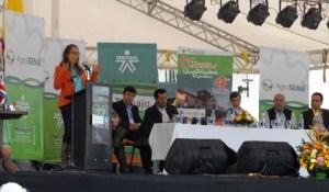 La Plaza Mayor de Villa de Leyva fue el lugar donde el Ministro del Trabajo, Rafael Pardo, y la directora del SENA, Gina Parody, presentaron al país la iniciativa.