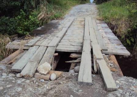 Este puente cada día que pasa se deteriora mas representando un serio peligro.