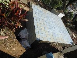 Sobre esta tumba, se realizan necropsias en Mocoa y dejan elementos que generan malos olores.