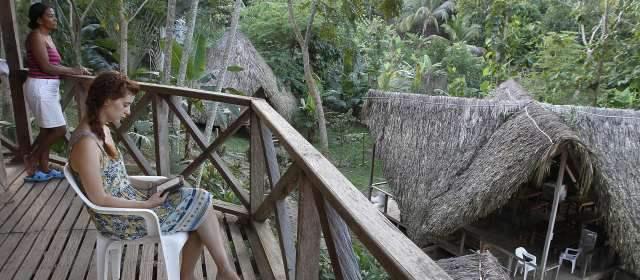 Ecoturismo, alternativa en zonas de cultivos ilícitos   Las cabañas El Carlos están en Necoclí. El día, con alimentación completa, vale $65.000 e incluye tour a la playa. FOTO ROBINSON SÁENZ