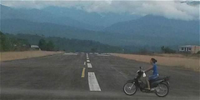 Foto: Archivo particular Hasta en moto se puede andar por la pista del aeropuerto de Orito.