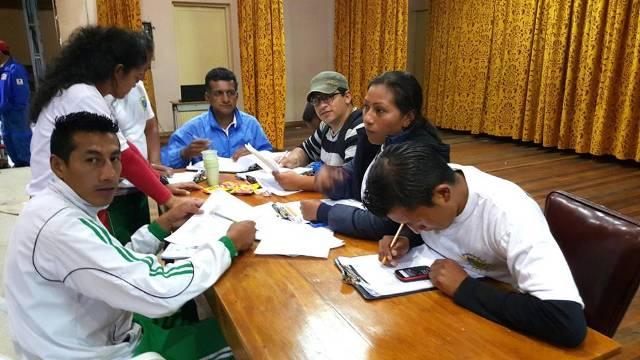 sábado 7 de noviembre.  despues de las pruebas inteligentes el equipo de jueces del evento se reúne para verificar los promedios que llevan los equipos.