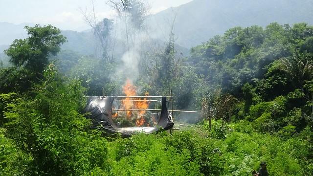 La Policía Nacional, Ejército Nacional, Fuerza Aérea y Armada Nacional, desplegaron campaña antinarcóticos en Putumayo y destruyeron 27 laboratorios para el procesamiento de base y clorhidrato de cocaína que le pertenecían a la banda criminal conocida como 'La Constru'. //