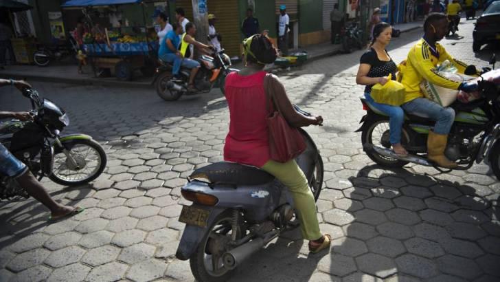 Motoristas en Tumaco, uno de los lugares con más cultivos ilícitos de Colombia. VÍDEO: JUAN CARLOS ZAPATA | FOTO: CAMILO ROZO
