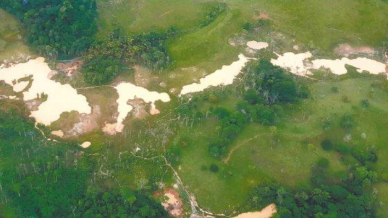 Desde un avión del Ejército que sobrevoló Puerto Caicedo (Putumayo), los daños ambientales son evidentes. / Cortesía Ejército