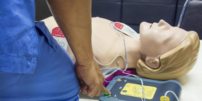 Ya es obligatorio tener desfibriladores cardiacos en lugares públicos