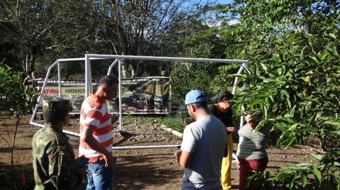 Con donación de arcos para una cancha de fútbol el Ejército promueve el deporte en zona rural de San Miguel Putumayo