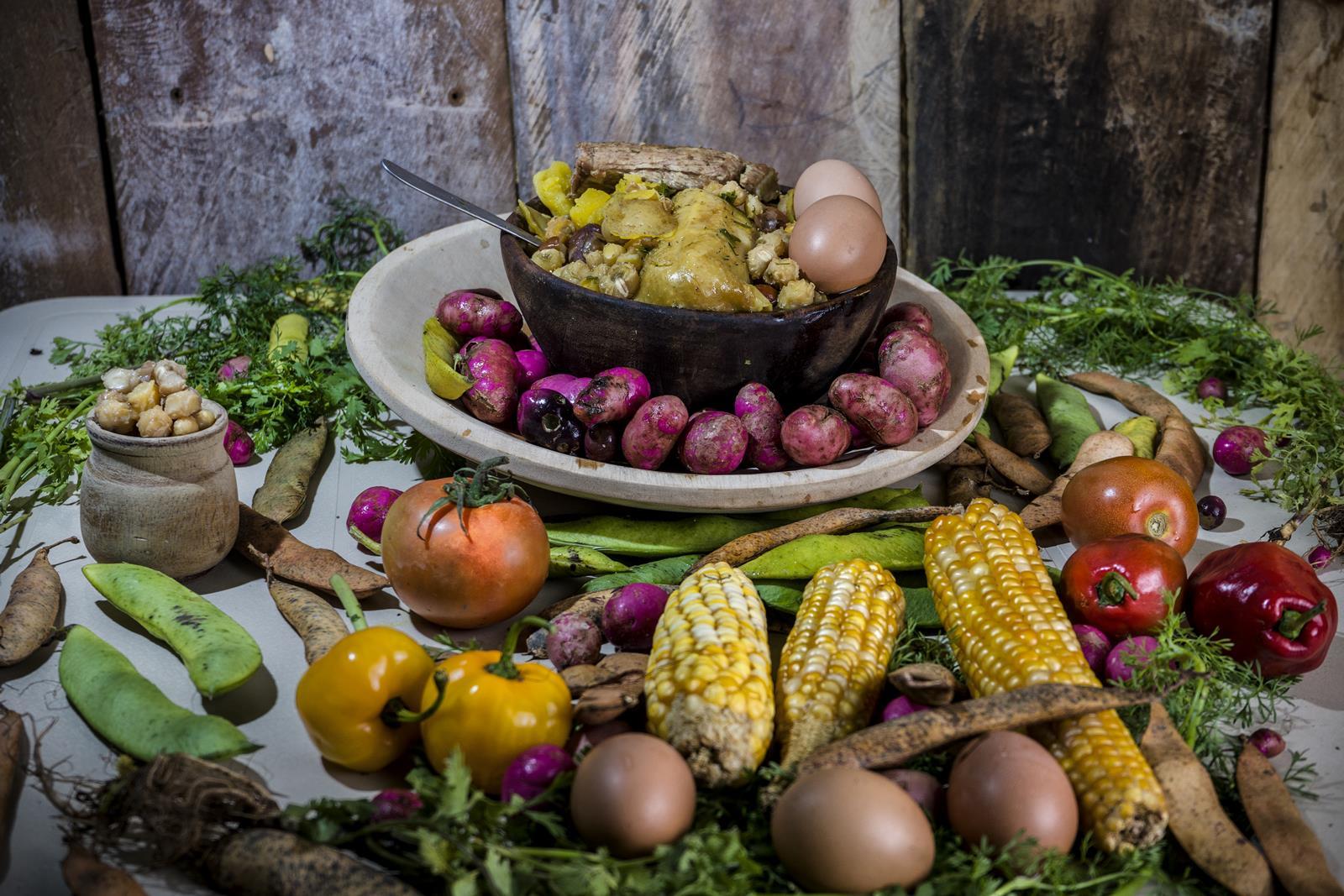 Ingredientes: Maíz, frijol, olluco, cebolla, cilantro, frijol, ají, tomate, huevo, carne de res, gallina de campo.
