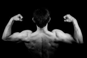 綾野剛の筋肉画像と筋トレ方法