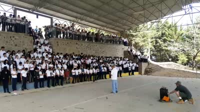 Several hundred students praying salvation prayer in Honduras