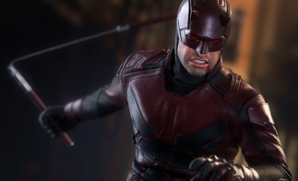 Daredevil mira con atención