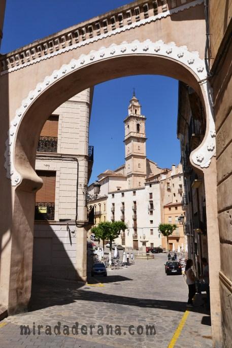 "Plaza del Ayuntamiento de Bocairent y Portal de "" L'arc de l'aigua """