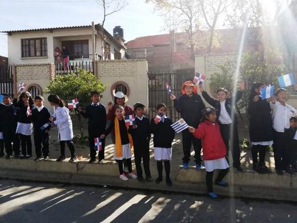 Estudiantes de Cochabamba dan la bienvenida a Ministros de Educación