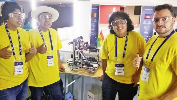 Colegiales de Sucre compiten ya en el mundial de robótica