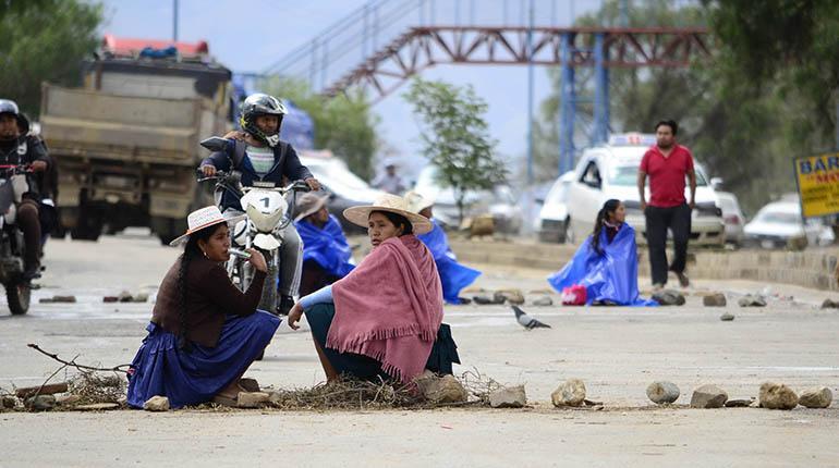Padres bloquean la avenida Petrolera en demanda de escuela