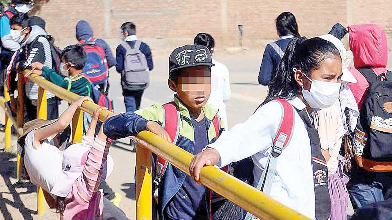 Reinicio escolar es parcial y papás pagan insumos