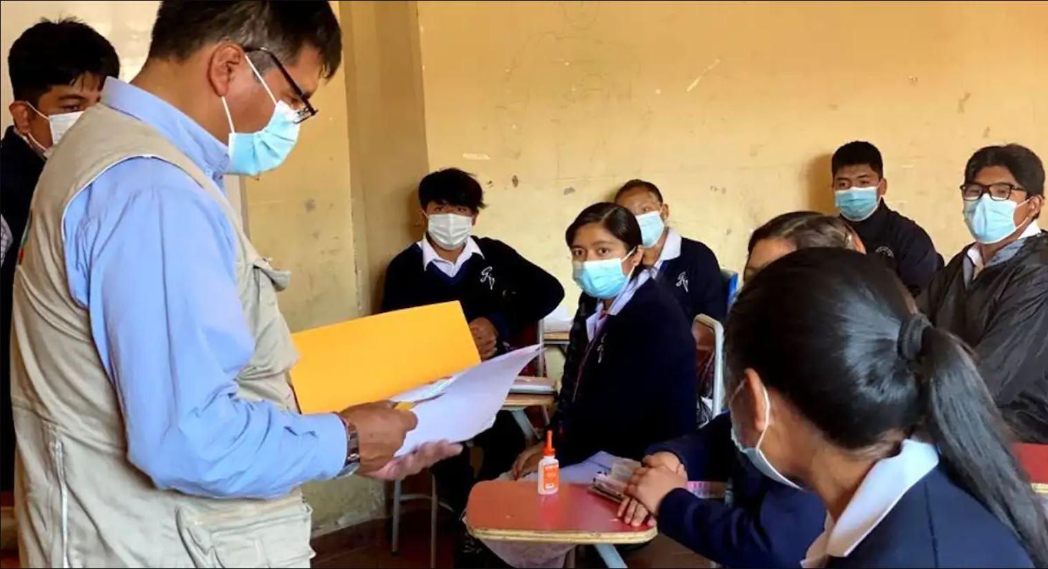 Regreso a clases presenciales en Bolivia más cerca con vacunación de jóvenes de 16 y 17 años
