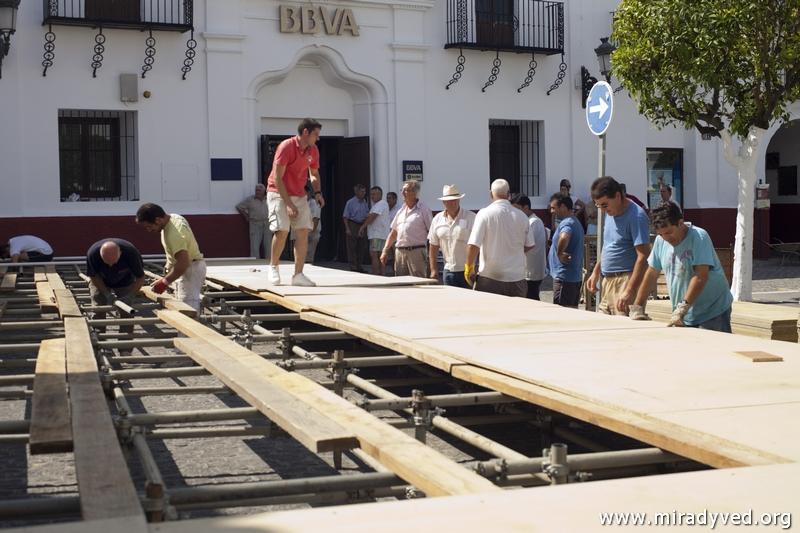 COMIENZAN LOS TRABAJOS DE MONTAJE DEL ALTAR DE LA MISA ESTACIONAL EN LA PLAZA DE ESPAÑA