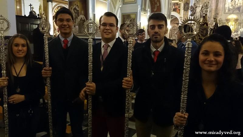 EL GRUPO JOVEN DE LA HERMANDAD ASISTE A LA PROCESIÓN DEL NIÑO JESÚS DE PRAGA