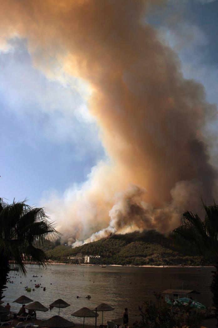 <p>Yangın gece boyunca Turunç Mahallesi ve Asparan mevkiinde ilerleyişini sürdürdü.<br /> Marmaris'teki orman yangınına bir uçak, 6 helikopter havadan müdahale ederken, karadan Muğla Orman Bölge Müdürlüğü dışında çevre illerden de takviye ekipler geldi.</p>