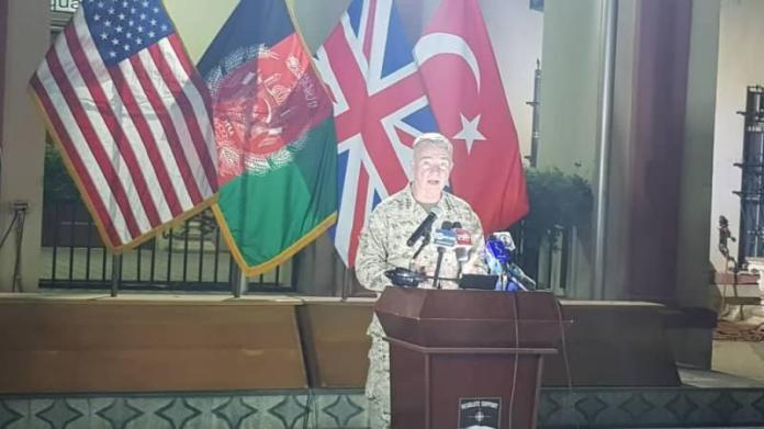 McKenzie, düzenlediği basın toplantısında arkasına Türk bayrağını da alarak konuştu.
