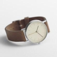 "ハッとするほど美しく配置された最小限の部品たち。ミニマルな時計""Stock"""