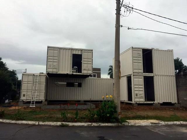 São nestes containers que o Casal vai morar!