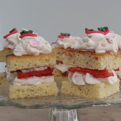 Pretty Little Strawberry Cakes