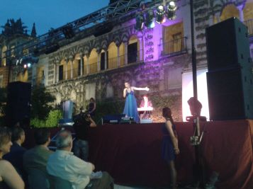 Comienzo de la Gala Blogosur cantando Laura Gallego