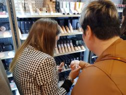 Una de las asistentes probando su base de maquillaje