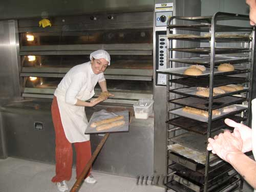 El pan entrando en el horno.
