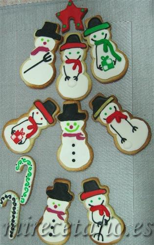 Variedad de galletas decoradas con forma de muñeco de nieve