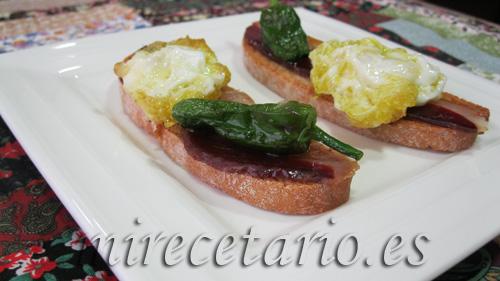 Tostada de jamón de pato con pimientos de padrón y huevo de codorniz