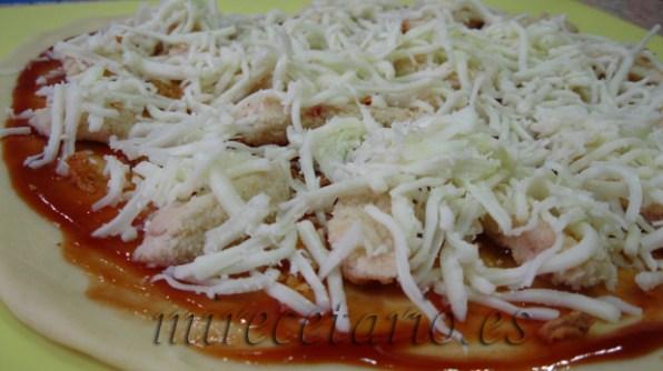 Un ejemplo de ingredientes para la pizza de cerveza, salsa barbacoa, nugets de pollo, queso.