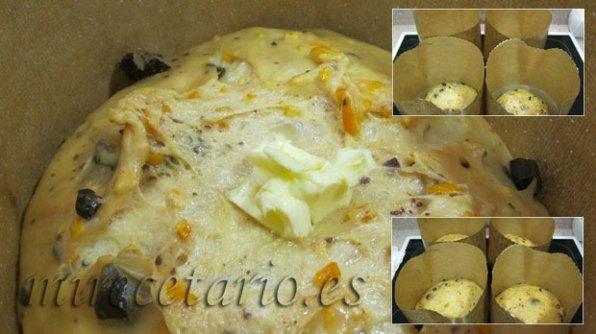 Mantequilla sobre el corte en cruz en la superficie del Panettone y detalle de la fermentación en los moldes.