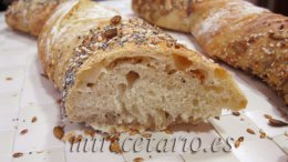 Detalle de la miga de este pan fácil con cereales