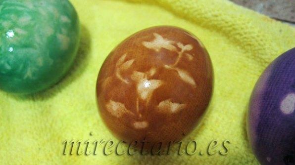 Resultado final del huevo coloreado.