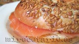 Bagel con queso crema y salmón ahumado.