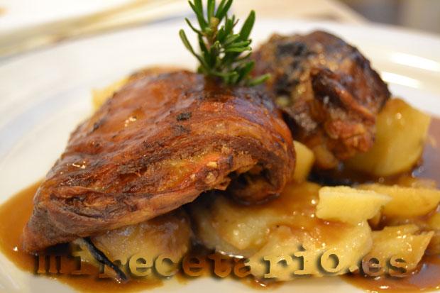 Paletilla de ternasco asado con patatas panadera