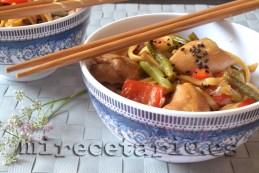 Wok de noodles con pollo