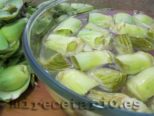 Alcachofas en remojo con agua de limón