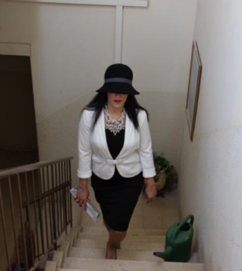 כובע - Justins (יעל כהן), שמלה - GUESS, ג'קט - פרימרק לונדון, שרשרת - זארה.