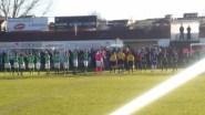 Comienzo del encuentro. Ambos equipos saludan a sus aficionados.