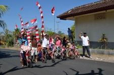 Para peserta lomba sepeda hias. Hanya 7 peserta, tapi semangat mereka membara.