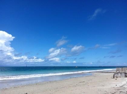 Langit biru, pasir putih.