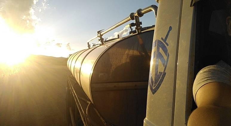 Lindo pôr do sol visto pelo retrovisor do caminhão.