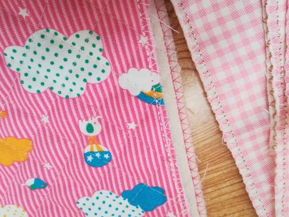 上履き入れの簡単な作り方手順:布端にジグザグミシンまたはふちかがりミシンをかけます。